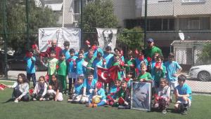 23 Nisan'ı futbol sahasında kutladılar...