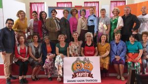 Ürkmez Kadın Tiyatrosu yılın en başarılı Anadolu tiyatrosu seçildi.