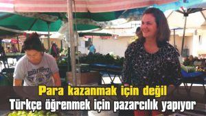Para kazanmak için değil Türkçe öğrenmek için pazarcılık yapıyor
