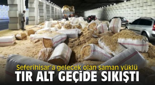 Seferihisar'a gelecek olan saman yüklü TIR alt geçide sıkıştı
